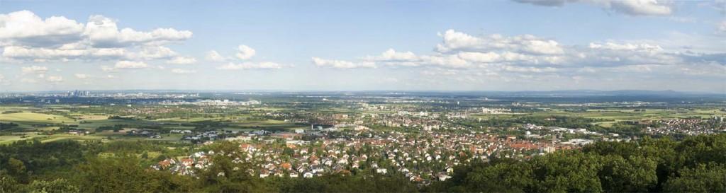 Blick vom Meisterturm auf Hofheim, Frankfurt und den Odenwald